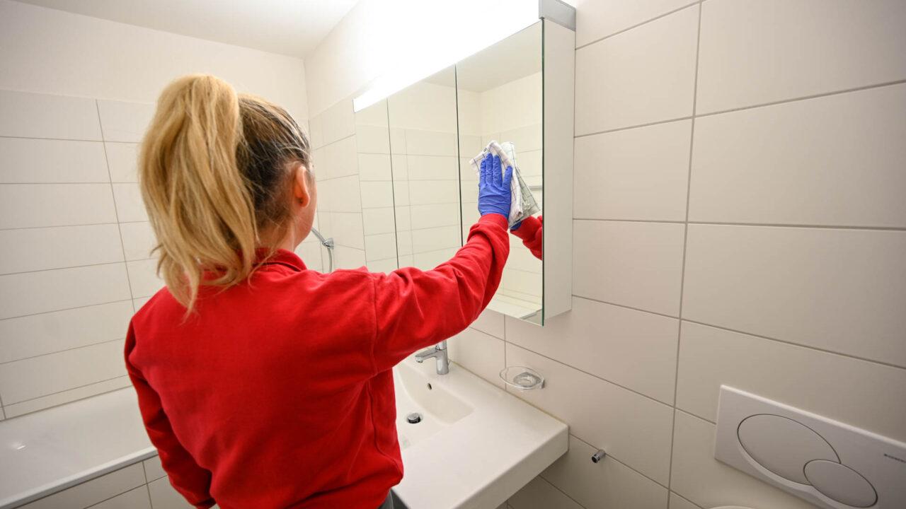 reinigung-badezimmer-spiegelschrank