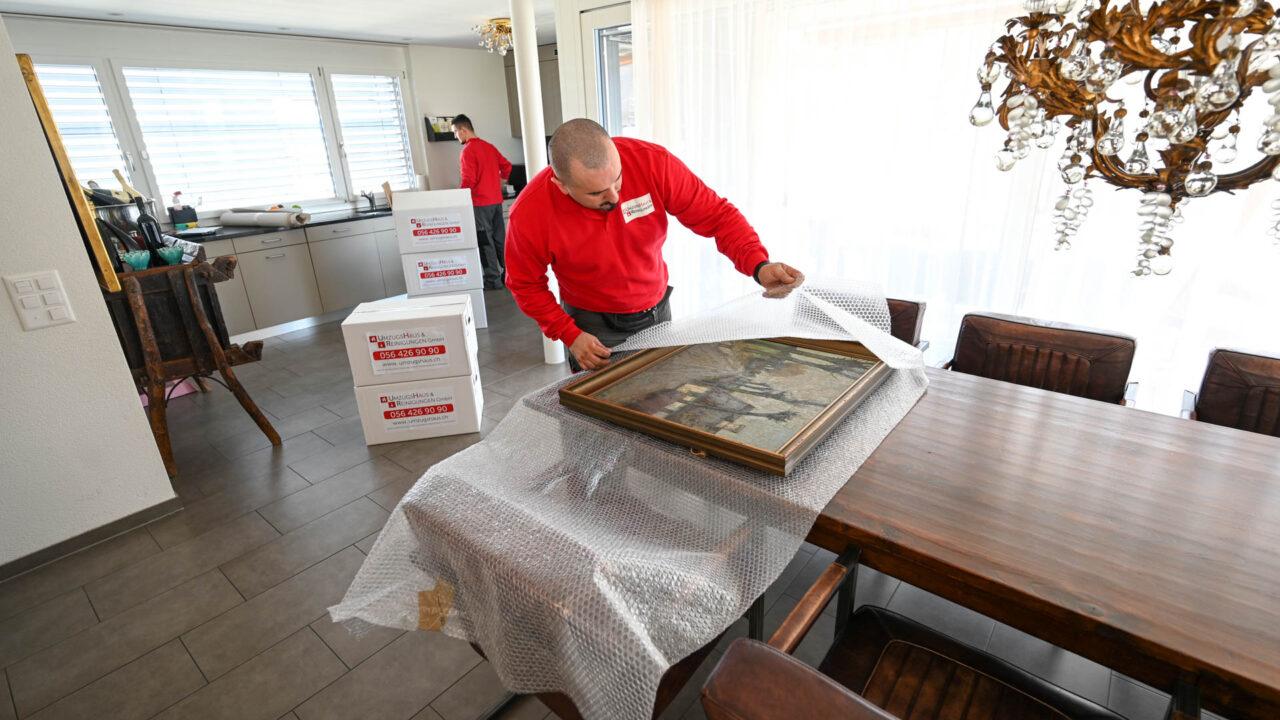 Umzug Wettingen - Kunstgegenstände werden mit Sorgfalt verpackt
